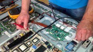naprawa telewizora plazmowego pomiar miernikiem napięcia na zasilaczu