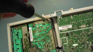 naprawa monitorów kraków - dokręcanie śruby mocującej zasilacza monitora Samsung