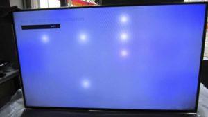 naprawa tv kraków - niebieski ekran wraz z jasnymi świecącymi punktami list led