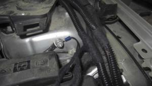 prowadzenie-kabli-komora-silnika MONTAŻ